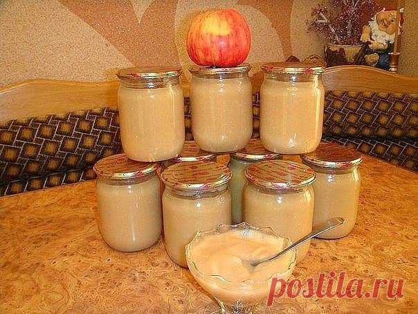 """Пюре """"НЕЖЕНКА""""  5 кг. яблок 1 банка сгущенного молока 0.5 стакана сахара 1 стакан воды  Яблоки помыть, дать стечь воде, затем очистить их от кожуры и сердцевинки разрезать на 4 части, затем порезать кусочками.  На дно посуды, в которой будете варить влить воду (желательно взять кастрюлю с толстым дном, чтобы пюре не пригорело), уложить яблоки, накрыть крышкой и варить на медленном огне пока яблоки не станут очень мягкими (примерно минут 30). Затем выключить огонь и яблоки ..."""