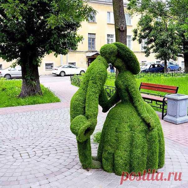 скульптура целующихся дамы и кавалера на набережной реки Фонтанки