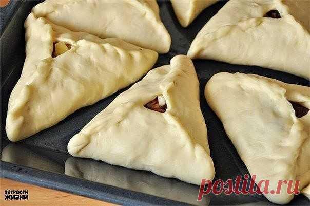 Como preparar echpochmak (los pasteles triangulares con las patatas y la carne)\u000a\u000aLos ingredientes:\u000a\u000aTesto:\u000aEl tormento – 850 gr.,\u000aLa leche – 500 ml.,\u000aLos huevos – las 2 piezas,\u000aLa levadura (seco) – 5 gr.,\u000aEl aceite de crema – 70 gr.,\u000aEl aceite de girasol – 1 art. de l.,\u000aLa sal – 1 ch.l.,\u000aEl azúcar – 1 art. de l.\u000a\u000aEl relleno:\u000aLa carne de vaca – 800 gr.,\u000aLas patatas (grande) – las 6 piezas,\u000aLa cebolla repchatyy – las 4-5 piezas,\u000aLa sal, el pimiento – por gusto,\u000aEl caldo de vaca – 0,5 l.\u000aEl huevo para la lubrificación del producto - 1 pieza\u000a\u000aLa preparación:\u000a\u000aEn la leche caliente criar la levadura, añadir rasto...