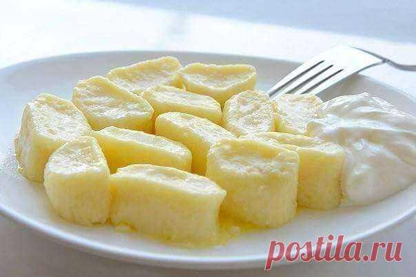 Нежные ленивые вареники в завтраку  Ингредиенты: - Творог однородный 9% (протертый) – 500 г - Мука – 1 чашка (объем чашки 0,25 л) - Яйцо – 2 шт. - Сахар – 50 г - Масло сливочное – 50 г - Специя: Ванилин – 0,5 г - Соль по вкусу для варки - Сметана для подачи  Приготовление:  1. Если творог неоднородный, пропустите его через мясорубку или протрите через сито. Затем добавьте к нему яйца, сахар и ванилин. Тщательно перемешайте. Постепенно добавьте просеянную муку. У вас получи...