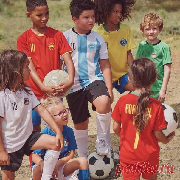 H&M с гордостью представляет специальную коллекцию футболок для детей, 100% прибыли от которых будет направлено в Фонд UEFA, который помогает укреплять и защищать права детей по всему миру. Давайте объединимся и поддержим маленьких спортсменов! Познакомиться с коллекцией можно уже сейчас на hm.com ⚽❤ #HMKids