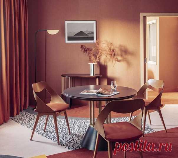 Nest MGallery находится не в центре Парижа, а в Ла Дефанс, главном деловом центре французской столицы. Несмотря на такое расположение, интерьер отеля не кажется строгим и консервативным, напротив, дизайнер Оскар Люсьен Оно сделал его максимально необычным. Оскар Оно был вдохновлен дизайнерской группой Мемфиса из 1980-х, они отказались от чрезмерно серьезного дизайна и создали красочную мебель в своем собственном неповторимом стиле.