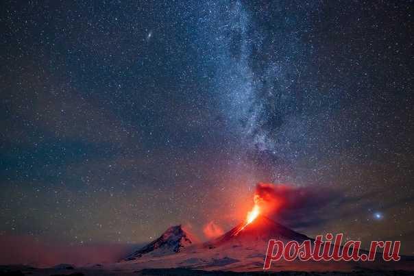 Ночное извержение вулкана Ключевской, Камчатка. Снимал Денис Будьков: nat-geo.ru/community/user/1437