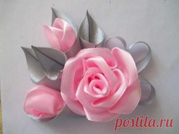 Брошь с прекрасными розами из атласных лент