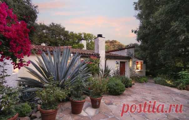 В Голливуде, штат Калифорния, дома обычно имеют богатое прошлое. Так обстоит дело с недавно внесенным в список поместьем Беверли-Хиллз, где актриса Кэтрин Хепберн жила на заре своей карьеры и актер Борис Карлофф на пике карьеры. Построенный в 1927 году, поместье с пятью спальнями и шестью ванными комнатами отличается традиционной терракотовой крышей, террасами, покрытыми цветами, и красивым бассейном. Внутри побеленные кирпичные стены, открытые балки и выложенные мозаикой лестницы гармонируют…