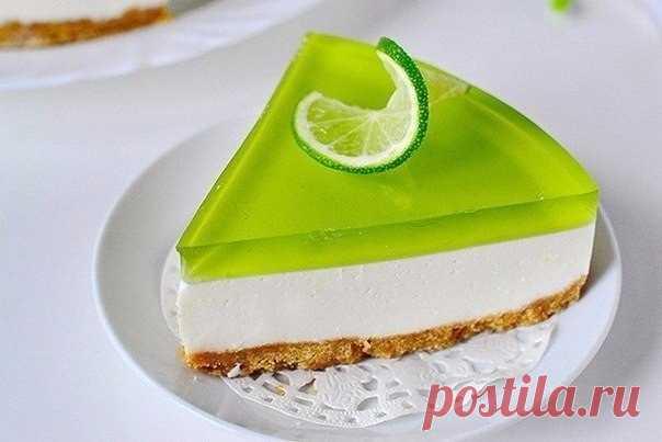 Желейный торт без выпечки с лаймовым вкусом Желейный торт без выпечки с лаймовым вкусом. Начните готовить торт с основы. Для этого в комбайне или блендере в крошку измельчите печенье.
