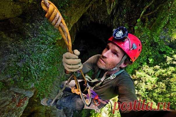 Чтобы сделать пару кадров, Карстену Питеру пришлось провисеть несколько часов под сводами гигантской пещеры.