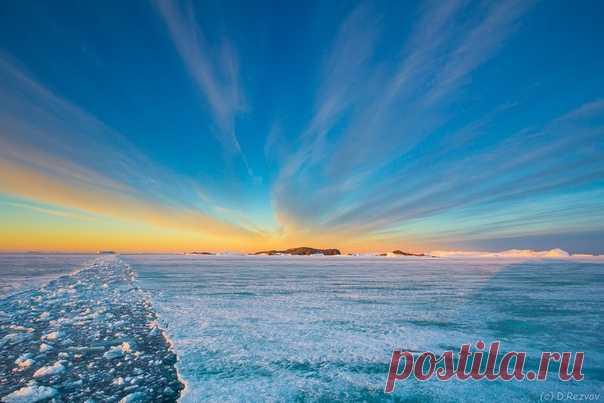 Закат в районе российской антарктической станции Мирный. Автор фото – Дмитрий Резвов: nat-geo.ru/community/user/173844