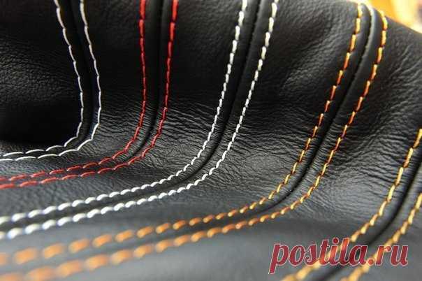 Отстрочка в три нитки из одной катушки Аккуратно выполненная отстроч-ка подчеркивает линии швов, акцентирует определенные детали, а также выполняет функцию декора изделия.Чаще всего отделочные строчки выполняют на джинсах, лацканах, воротн…