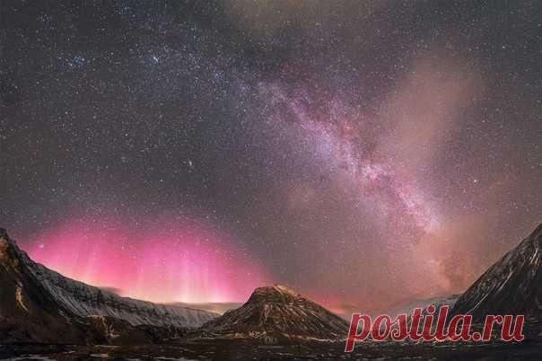 Двойная арка над 78° Северной Широты. Летний Млечный Путь всего лишь в тысяче километров от Северного Полюса и Северное Сияние. Лонгйир, Свальбард (Шпицберген), Норвегия. Автор фото – Руслан Мерзляков.