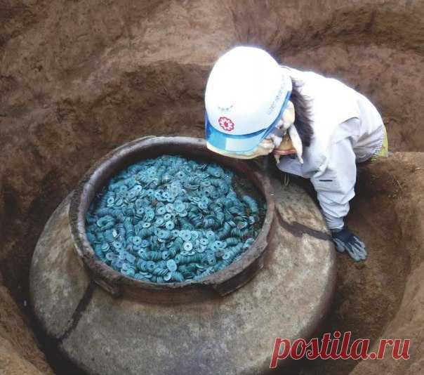 На острове Хонсю в Японии археологи нашли денежный клад XV—XVI вв. Сотни тысяч монет принадлежали самураям.