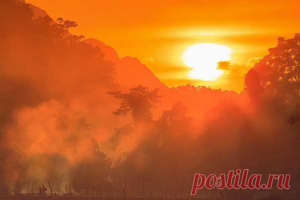 Закат над Лаосом. Фотограф – Александр Сафронов: nat-geo.ru/community/user/35634 Спокойной ночи.