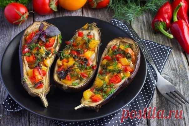 Запеченные в духовке баклажаны - одно из самых вкусных летних угощений! Самый распространенный вариант этого блюда - лодочки баклажанов, запеченных с помидорами под сыром. Однако более пикантными получаются баклажаны, фаршированные болгарским перцем, зеленью с добавлением грудинки, грибов, круп, грецких орехов, моцареллы!  Предлагаем самые лучшие идеи этого вкусного пикантного блюда! Перед вами рецепты с пошаговыми фото, как приготовить запеченные в духовке баклажаны -htt...