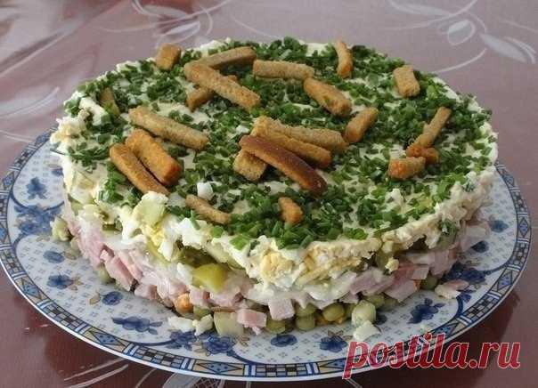 Салат на траве дрова  Ингредиенты: 1 упаковка готовых сухариков. 1/2 банки зеленого консервированного горошка. Показать полностью...
