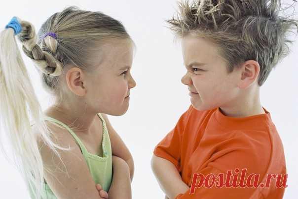 АГРЕССИВНОЕ ПОВЕДЕНИЕ У РЕБЕНКА. ЧТО ДЕЛАТЬ?  Хочу поговорить про самый ужасный ужас большинства родителей -  агрессивное поведение ребенка.  Когда ребенок кричит, дерется, швыряет игрушки, вредничает, причиняет вред себе или другим.   Если в таких случаях родитель прибегает к наказаниям (в том числе словесно ругает ребенка), то такое отношение называется ОЦЕНОЧНЫМ. Потому что родитель оценивает данное поведение как плохое и воздействует на ребенка методом «кнута». Тем сам...