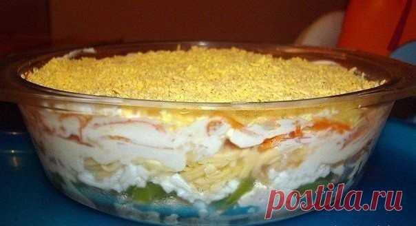 Салат из курицы с корейской морковью и киви  Вот девчонки на работе салатом угостили, очень мне понравился: оригинальный и неизбитый. Попробуйте)  1 слой - (даю расход продуктов на одну большую салатницу) - половинка куриного филе (отварить, мелко порезать, присолить, поперчить). 2 слой - один крупный киви (порезать полукольцами) 3 слой - тертые на терке белки 3 яиц 4 слой - тертое на терке яблоко 5 слой - 150 гр. сыра (примерно), тоже потереть на терке 6 слой - корейская ...