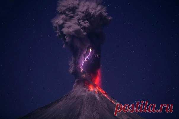 Что происходит, когда вулкан просыпается? Посмотрите на извержение самого активного вулкана Мексики.