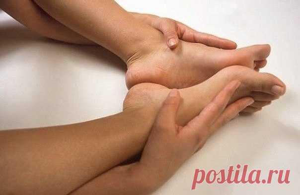 Как избавиться от натоптышей  Требуется:  Мыльно-содовая ванночка для ног: 1. сода, 2. хозяйственное мыло, 3. вода  Маска от натоптышей: 1. аспирин, 2. лимонный сок, 3. вода, 4. полиэтилен  Избавляемся от натоптышей на ногах  Делаем ванночку. Для этого возьмем 3 чайные ложки соды и 1 столовую ложку наструганного хозяйственного мыла. Все это растворим в 1 литре горячей воды (Если у вас емкость для ножных ванночек большая, то увеличьте пропорционально все компоненты). Опусти...