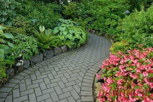 10 идей для красивой садовой дорожки Чтобы сделать в саду красивую дорожку, совсем не обязательно быть ландшафтным дизайнером. Техника укладки дорожки зависит от материала, который вы выберете. Мы выбрали 10 самых популярных способов обустройства садовых дорожек.