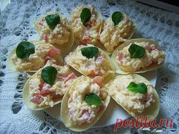Закуска на чипсах: 7 вариантов оригинальной начинки  1. Закуска на чипсах «Сырная» -сыр «Российский» -помидоры -зелень -чеснок -домашний майонез -чипсы Pringls -маслины и оливки для украшения  2. Закуска на чипсах «Остров сокровищ» -крабовые палочки -зеленый лук -сыр «Российский» -красная икра -домашний майонез -чипсы Pringls  3. Закуска на чипсах «Гости на пороге» -тертая сырая морковь -сыр «Российский» -чеснок -домашний майонез -чипсы Pringls  4. Закуска на чипсах «Паште...