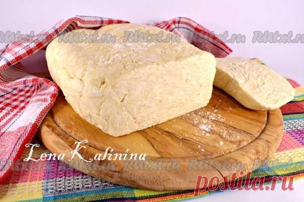 Быстрое слоеное бездрожжевое тесто от Елены Калининой  выпечка из него получается необыкновенно нежной, хрустящей и очень слоистой. Из такого теста можно выпекать слойки, сладкие и несладкие пирожки, пиццу, самсу с различными начинками и т.п.  мука - 500 г; маргарин или сливочное масло - 400 г; яйцо куриное - 1 шт.; соль - 0,5 ч. л.; уксус 9% - 1 ст. л.; вода - 175-185 мл.