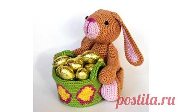 Вязаный пасхальный заяц с корзинкой
