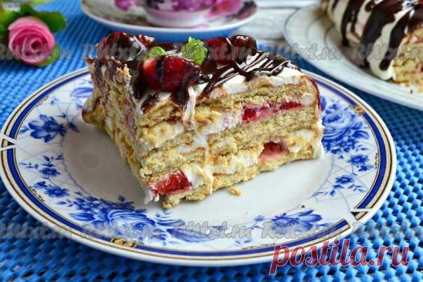 Творожный торт с печеньем без выпечки от Елены Калининой  Хочу предложить вам замечательный рецепт творожного торта, приготовленного с печеньем без выпечки. Тортик получается очень вкусным, насыщенным и ароматным. Я приготовила торт со свежей клубникой, можете заменить её на ананасы, персики или на другие фрукты, ягоды. Творог нужно выбирать не сухой, жирный, лучше, конечно, взять домашний. Обязательно попробуйте этот наивкуснейший десерт, ведь готовится он совсем несложно...
