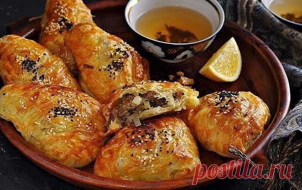Самса на кефирном тесте с куриным мясом и картошкой. Мой любимый рецепт  Для теста: 2 яйца;1 стакан кефира (250 мл);1 чайная ложка соли;3 столовые ложки подсолнечного масла;щепотка соды;щепотка лимонной кислоты;3,5—4 стакана муки;яйцо для смазывания верха самсы. Для начин…