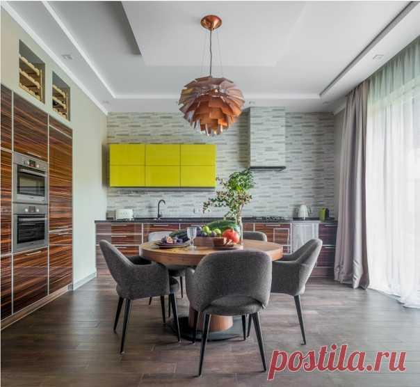 Угловая кухня в современном стиле с плоскими фасадами, темными деревянными фасадами