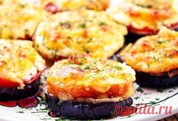 Las berenjenas cocidas con los tomates y las setas