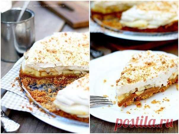 Сегодня день вкусных тортиков: Баноффи пай — лучший из них    Нежно. Воздушно. Сладко. Даже название у этого десерта сладкое, округлое и томное.          Баноффи пай готовится очень просто. Как бутерброд. Нарезал, намазал, готово. Но и съедается так же быстро…