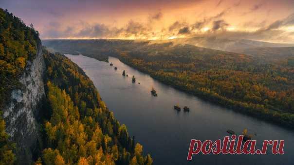 Закат на реке Вишера – вид со скалы Ветлан на гору Полюд, прячущуюся за низкими облаками. Снимал Юрий Столыпин: nat-geo.ru/community/user/197496