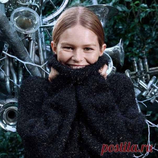 Топ-модель Anna Ewers знает, в чем секрет лаконичного, но нарядного образа! Берите с нее пример и смело сочетайте уютные модели в темных тонах с высокими ботфортами и стильными аксессуарами! #HM