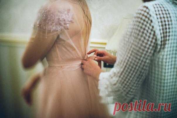 Воздушное розовое платье невесты, Нутелла на церемонии, танцы под дождем. Посмотреть продолжение истории: