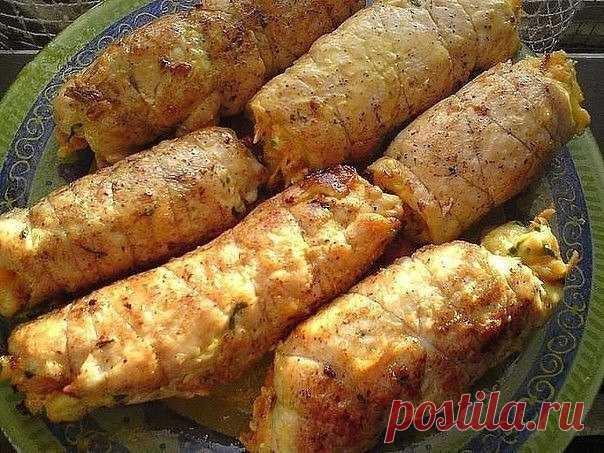 КУРИНЫЕ РУЛЕТИКИ - Что приготовить на ... ИНГРЕДИЕНТЫ:Куриная грудка - 1 шт.,морковь - 1 шт. (среднего размера),твердый сыр - примерно 50-70 г.,чеснок - 2-3 зубчика,майонез,петрушка,соль,перец,растительное масло.