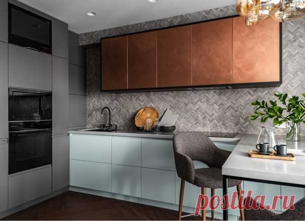 Маленькая п-образная кухня в современном стиле с обеденным столом, одинарной раковиной, плоскими фасадами, столешницей из акрилового камня, разноцветным фартуком, фартуком из плитки мозаики, черной техникой