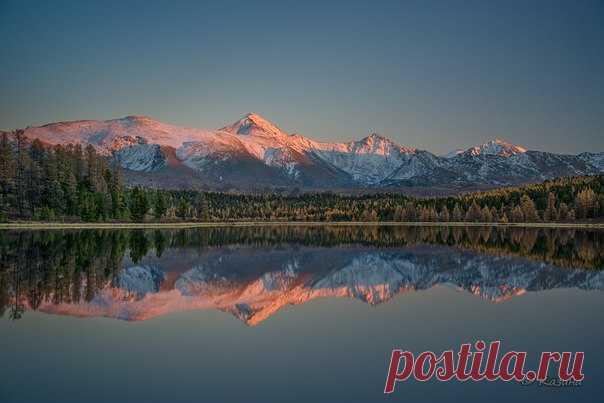El ocaso en el lago Kidelyu, la meseta Ulagansky, la Altai Montañosa. El autor de la foto — Svetlana Kazina: nat-geo.ru\/photo\/user\/30896\/
