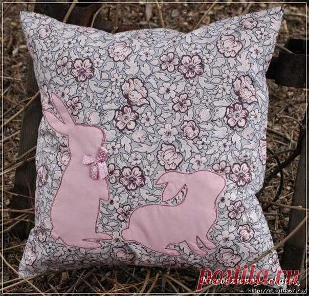 Кролики на подушке