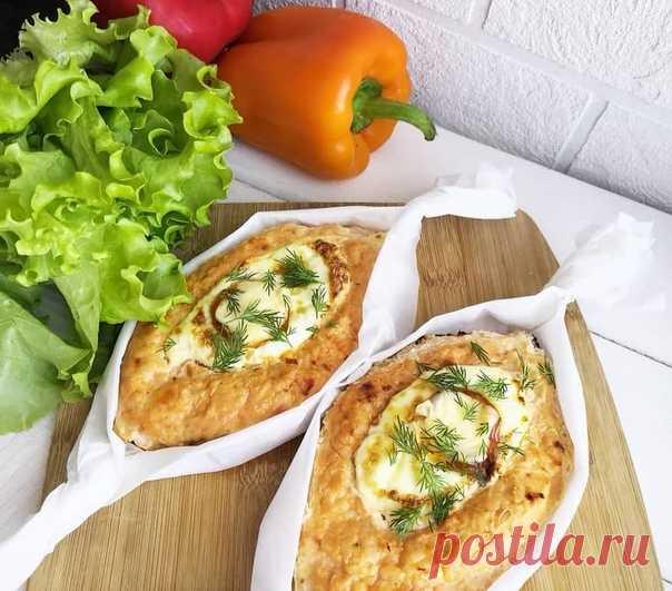 Куриные хачапури    Вкуснейшее блюдо, которое подойдет на любой прием пищи и не прибавит см на вашей талии   Ингредиенты:  Куриная грудка 350г;  Сыр 30г;  Лук 150г;  Молоко 60г;  Яйцо 3 шт;  Чеснок 3 дольки;  Соль, специи по вкусу.   Приготовление:  .  Куриную грудку, лук, 1 яйцо и молоко перемешиваем и перемалываем в фарш в блендере. Солим, добавляем любимые специи.  На пергаментной бумаге формируем из фарша лодочки, вливаем яйцо и посыпаем сыром.  Выпекать 20-25 минут пр...