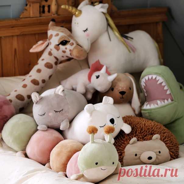 Порадуйте своего ребенка новым лучшим другом! Наша коллекция мягких игрушек становится все больше. Жираф, единорог, гусеница, динозавр, дракон и много других прелестных игрушек ждут вас в наших магазинах и онлайн! #HMHome