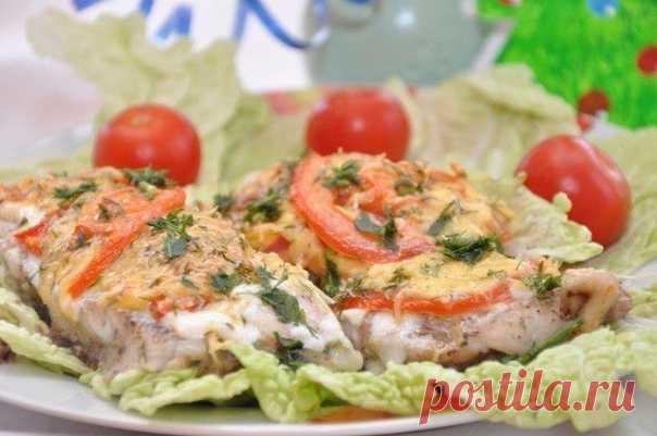 Вкуснейшая рыбка, запеченная с помидорами и сыром  Итого на 100 грамм 70.4 ккал Б/Ж/У 3.4 / 3.9 / 5.7  Ингредиенты: Филе нежирной рыбы (у нас была треска) - 700 г Крупный помидор - 1 шт. Греческий йогурт 4 ст.л. Чеснок 3-4 зубчика Зелень свежая по вкусу (у нас был укроп) Соль, перец по вкусу Сыр твёрдый нежирный - 50 г  Приготовление: Рыбу нарезать на не большие кусочки, посолить, поперчить. Выложить рыбу в форму для запекания. Посыпать мелко нарубленным чесноко...