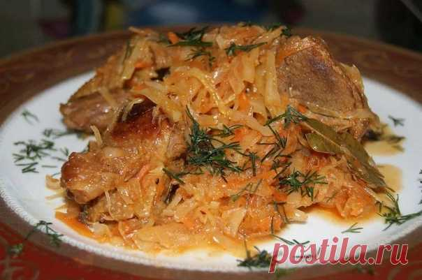 Готовим вкуснейшее блюдо по мотивам польского Бигоса!  Тушёная квашенная капуста с мясом  Для этого блюда понадобится всего лишь квашенная капуста и любое мясо, а в результате это самое блюдо получится потрясающе вкусным. Это тот рецепт, который стоит попробовать всего лишь раз, чтобы влюбиться в него навсегда.  Ингредиенты:  Мясо любое (свинина, говядина, куриное филе или индейки)- 600-700 г Квашенная капуста- 1 кг Репчатый лук- 2 штуки Морковь- 1 штука Чеснок- 3 зубчика ...
