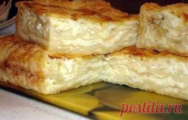 Ачма с творогом. Очень вкусно!  Ингредиенты: Лаваш армянский - 2 шт. Творог 0% - 500 гр. Сыр Сулугуни - 200 гр. Кефир 3.2% - 400 мл. Укроп - 40 гр. Соль - 1 ч. л.  Приготовление: На крупной терке измельчить сыр, добавить его к творогу, посолить и хорошо перемешать. Нарезать лаваш на одинаковые по размеру пласты. Вылолжить первый лист лаваша на глубокий противень и смазать кефиром. Выложить творожно-сырную начинку. Следующий лист лаваша вымочить в кефире, аккуратно перенест...