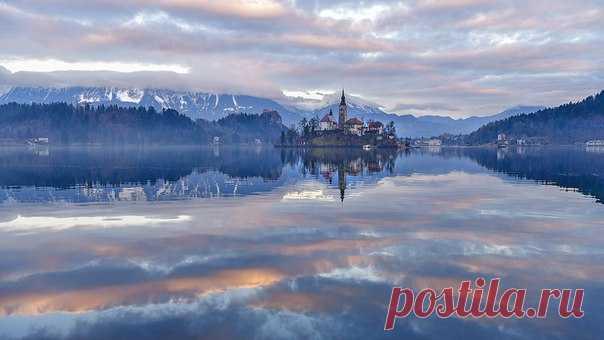 «Между небом и… небом» Озеро Блед, Словения. Автор фото – Оксана Ващук: nat-geo.ru/photo/user/27965/