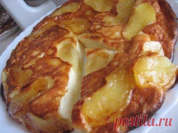 Творожно-яблочное чудо Просто тает во рту...  Ингредиенты:  2 яблока 2 ст.л. слив. масла 1 ст.л. сахара (если есть, то коричневый)  Для теста: 250 г. творога 2 яйца 3 ст.л. сахара щепотка соли 0,5 ст. сметаны 3 ст.л. муки (просеять)  Приготовление:  Очистить яблоки и порезать на дольки.Затем обжарить на сковороде (которую можно потом поставить в духовку) на сливочном масле.Посыпать сахаром. 5 минут с одной стороны и 3 мин. с другой Приготовить тесто и залить им яблоки.Поде...