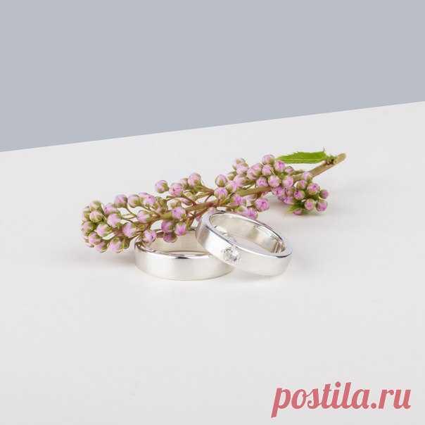 Выбираете обручальные кольца? 😉 В ювелирной мастерской Taiga Jewelry можно изготовить на заказ ту самую идеальную пару. Кольца-веточки, модели с лунной поверхностью, рубленные грани и движущиеся элементы - дайте простор фантазии. В процессе и не заметите, как заодно подберете пару сережек себе и браслеты-подвески для подружек невесты ❤
