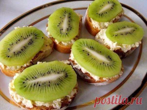 ¡La colación de ostentación con el queso fundido, el ajo y el kiwi Es sabroso y de un modo original!