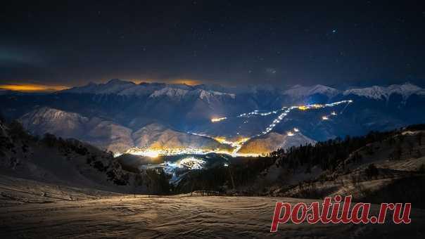Вид на Красную Поляну с горы Аибга. Автор снимка – Александр Пругов: nat-geo.ru/community/user/170541/ Спокойной ночи.