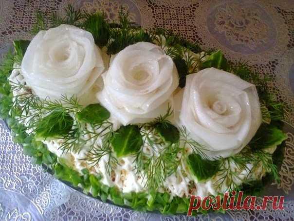 Не избитый и очень вкусный салат «Три белых розы» с черносливом и курочкой