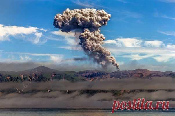 Извержение вулкана Эбеко на Курилах. Фотограф – Андрей Носик: nat-geo.ru/community/user/50767/